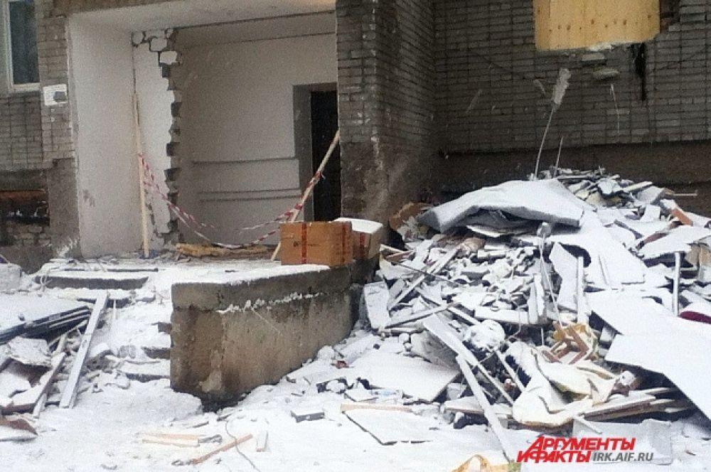 Гора мусора - остатки мебели, от которых избавлялись спасатели, расчищая завалы в квартирах.