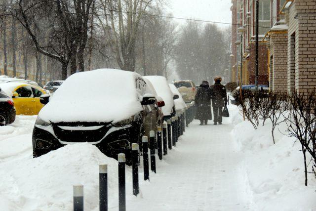 Коммунальщики просят нижегородцев не парковать авто у обочин дорог по ночам.