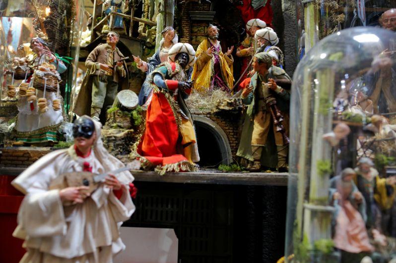Рождественские статуэтки в магазине на традиционном рынке Сан-Грегорио Армено в центре Неаполя, Италия.