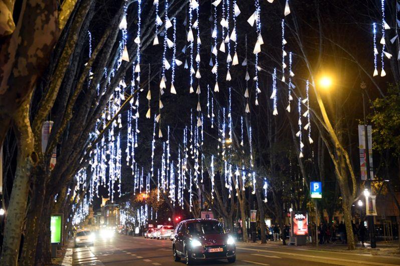 Украшения для предстоящего Рождества в центре Лиссабона, Португалия.