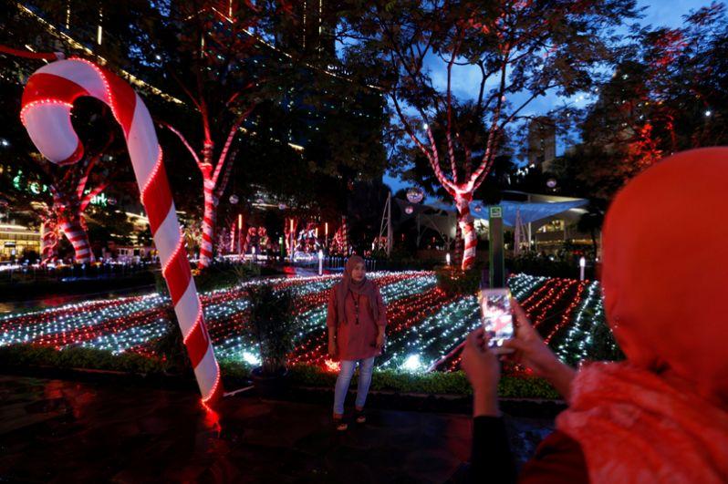Праздничные украшения в парке Трибека в Джакарте, Индонезия.