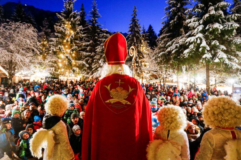 Санта-Клаус на рождественском рынке в Майрхофен, Австрия.