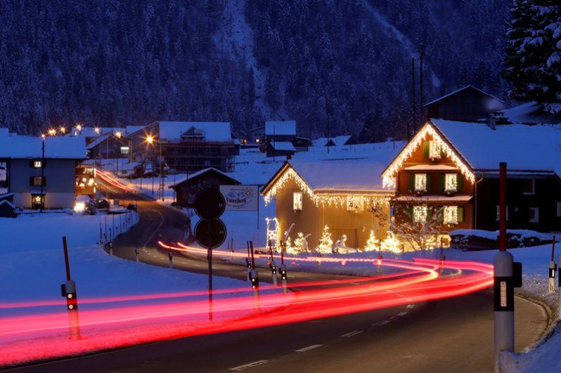 Жилые дома, украшенные к Рождеству, в Унтериберг, Швейцария.