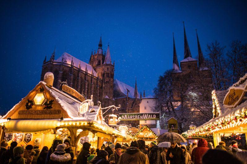 Рождественский рынок в Эрфурте, Германия.