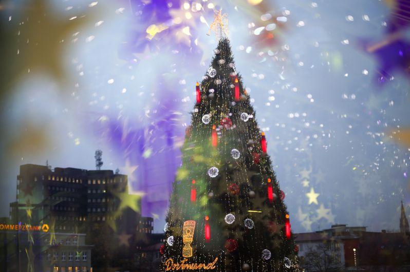 Самую большую рождественская елку в мире установили в Дортмунде, Германия. Дерево высотой 45 метров украшено 48 000 огней. Конструкция собрана из 1700 красных елей, расположенных на лесах основанием 400 квадратных метров.