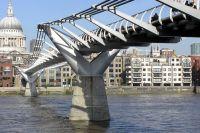 Критическое число пешеходов для каждого моста своё.  Для лондонского «Миллениума» - 165 человек.