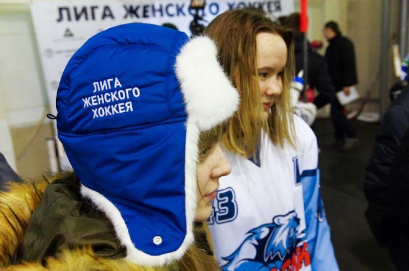 Первый чемпионат России по хоккею с шайбой среди женщин состоялся в 1995-1996 годах, а олимпийскую историю хоккей с шайбой среди женщин начинает в 1998 году в Нагано.