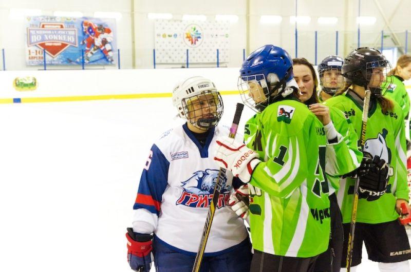 В женском хоккее одинаково важны и советы тренера, и элементы шоу.