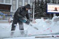 На площади Советов в Кемерове началось строительство ледового городка.