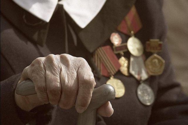 Омским ветеранам вручили медали и благодарственные письма.