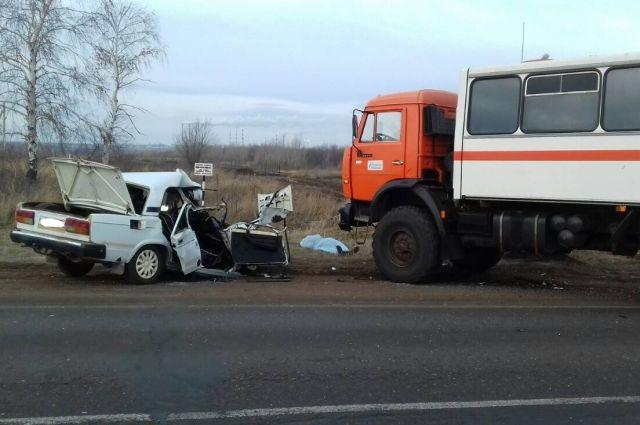 16-летний пассажир «Жигулей» умер влобовом столкновении с«КамАЗом»