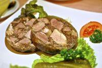 Холодец застывает благодаря желирующим свойствам мясного сбоя, в состав которого входят свиные и говяжьи ножки, а также куриные лапки.