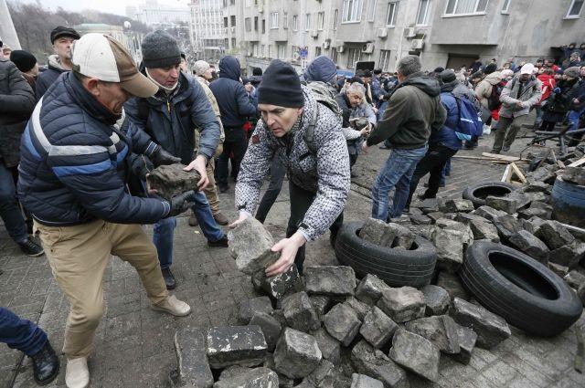 Украинские силовики применили слезоточивый газ вовремя стычки со любителями Саакашвили