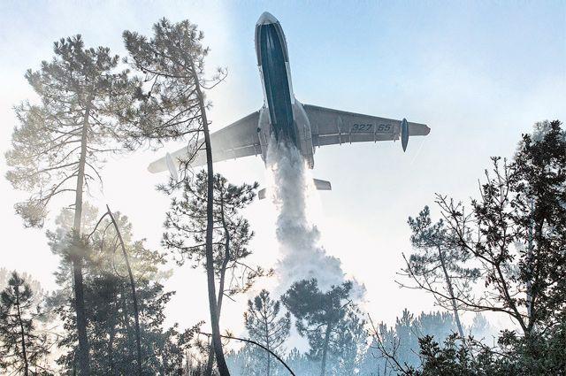 Самолёт набирает 12 т воды прямо из реки за 12 сек. и сбрасывает её над очагом пожара за 1 сек.
