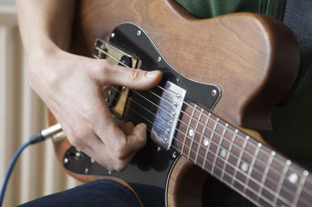 Путин подарил гитару ученице петербургской музыкальной школы