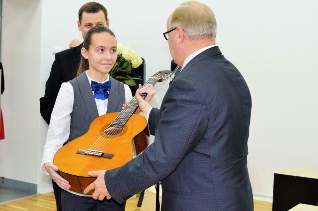 Путин подарил гитару петербургской школьнице