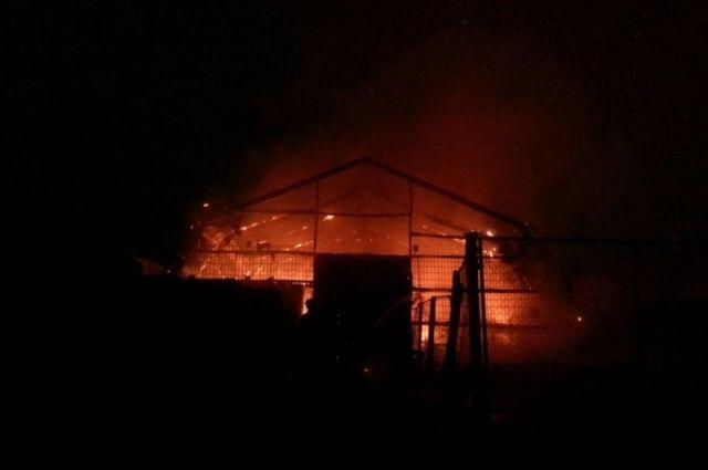 Огнём охвачены три здания, - сообщают очевидцы.