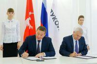 Андрей Бочаров  и Вагит Алекперов подписывают Соглашение о социально-экономическом сотрудничестве.