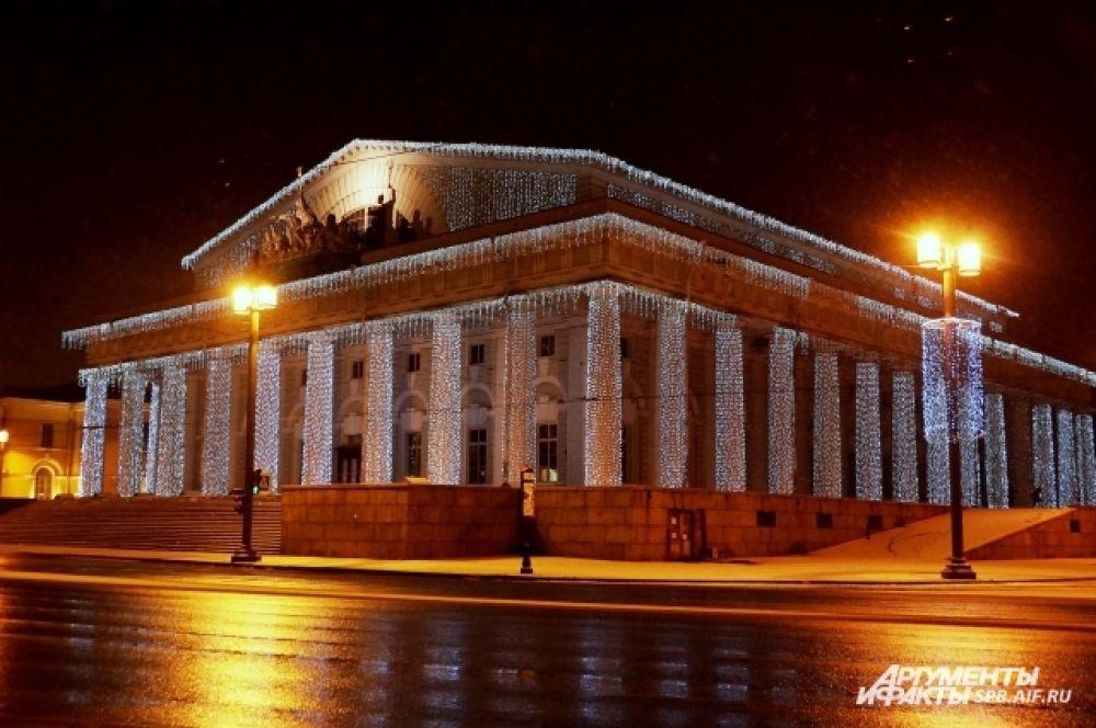 Праздничная подсветка украсила здания и памятники архитектуры.