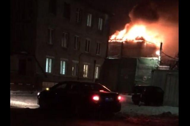 Огнём охвачена крыша административного здания.