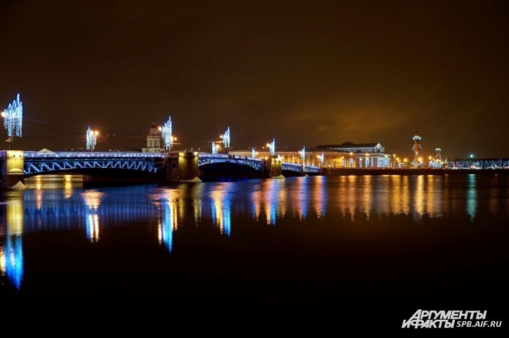Мосты нарядили к праздникам.