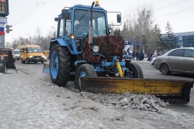 Дорожники очищают городские улицы от снега.