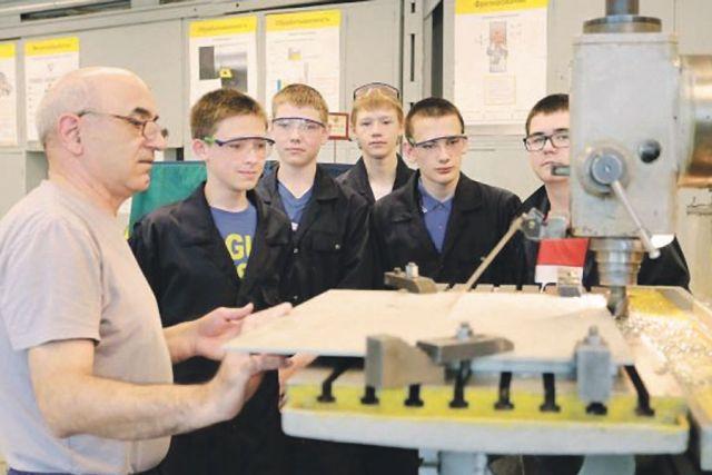 Заводы ждут молодых квалифицированных специалистов.