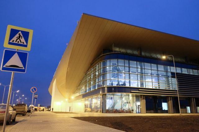 В большом, светлом и удобном здании для пассажиров работают 20 стоек регистрации.