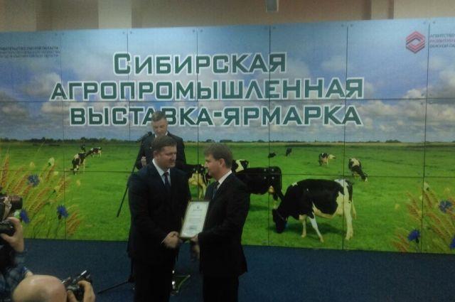 Награду вручил Максим Чекусов.