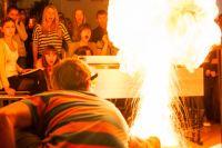 Использовать пиротехнические изделия, кроме бенгальских огней, можно только на открытом воздухе.