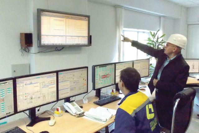 Главный инженер компании Виктор Горлов знакомит журналистов с управлением станцией.