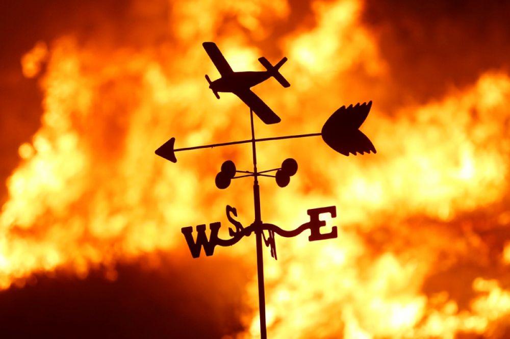 Флюгер на ранчо во время лесного пожара в долине Сан-Фернандо к северу от Лос-Анджелеса.