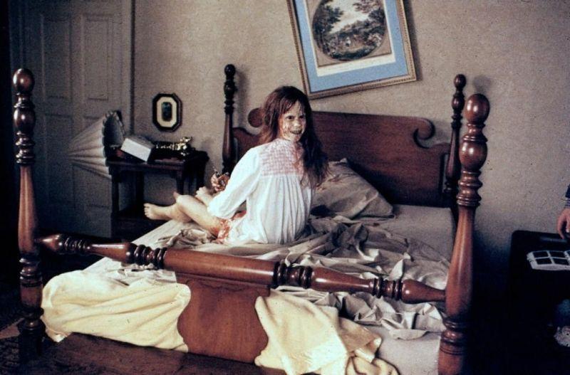 «Изгоняющий дьявола», 1973. Известная актриса обращается к врачам с просьбой помочь ее несовершеннолетней дочери. У ребенка случаются странные приступы, во время которых она начинает говорить мужским голосом и совершать странные телодвижения, а вскоре заявляет, что она - дьявол. Кстати, техническим консультантом фильма выступил священник - автор монографии об экзорцизме.