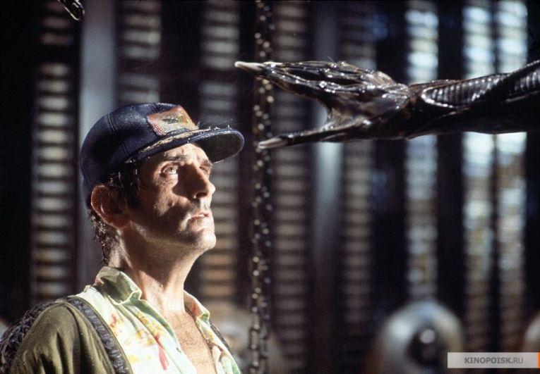 Чужой, 1979.  Научно-фантастический фильм ужасов Ридли Скотта. Действия происходят в далеком будущем. Грузовой космический корабль, возвращаясь на землю, перехватывает неопознанный сигнал с неизвестной планеты, после чего экипаж принимает решение совершить посадку и разобраться, в чем дело. В это время Чужой, чрезвычайно агрессивное инопланетное существо, выслеживает экипаж, чтобы убить его.
