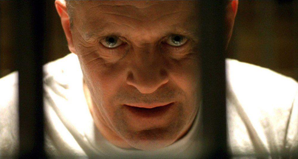 «Молчание ягнят», 1990. Агент ФБР расследует массовые похищения и убийства женщин. В рамках расследования она вынуждена общаться с заключенным-маньяком, который может объяснить следствию психологические мотивы серийного убийцы и тем самым вывести на его след. Доктор психиатрии Ганнибал Лектер, отбывает наказание за убийства и каннибализм. Однако тот предлагает «сделку», которая в итоге сталкивает героиню лицом к лицу с помешанным до гениальности убийцей.