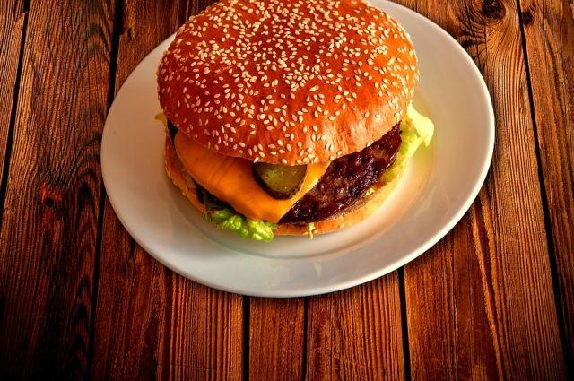 ВВолгограде «Макдоналдс» оштрафовали на100 000 руб. занереальный бургер