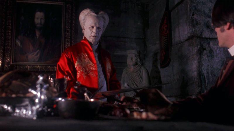 «Дракула», 1992. Действия разворачиваются в Лондоне конца XIX века. Молодой юрист Джонатан Харкер вынужден, оставив невесту, отправиться по делам в Трансильванию к графу Дракуле - тот желает приобрести недвижимость в Лондоне. Однако он еще не догадывается, кто же на самом деле его клиент.