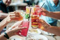 Алкогольные коктейли и сладкие напитки очень коварны: наслаждаясь приятным вкусом, человек не замечает наступление опьянения.