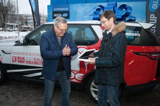 Александр Дунин (слева) уже 30 лет за рулём. Он никогда не думал, что станет обладателем легендарного автомобиля.