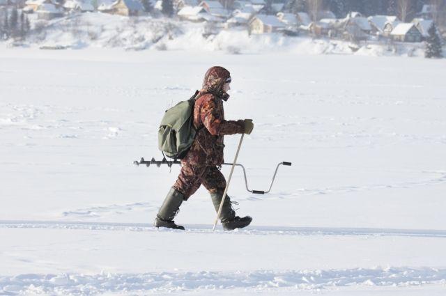 Молодой лёд непрочный и тяжести человека не выдерживает.