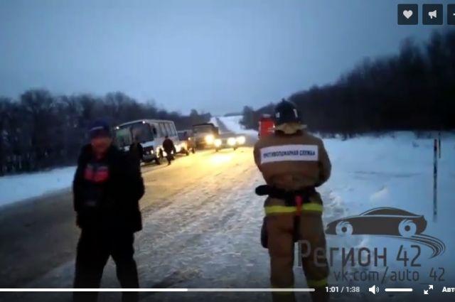 На елыкаевской трассе в Кузбассе столкнулись микроавтобус и «легковушка».