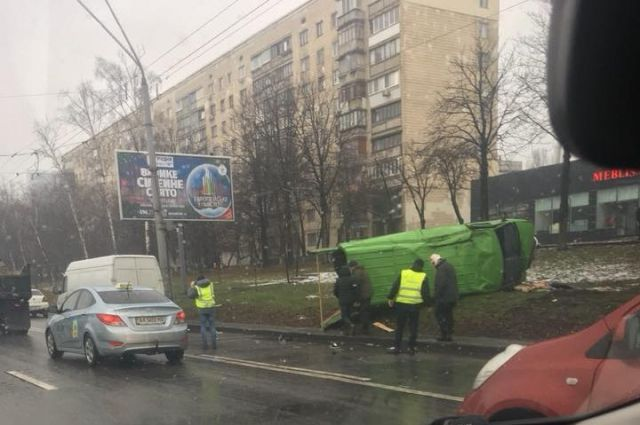 ДТП в Киеве: микроавтобус перевернулся, есть пострадавшие