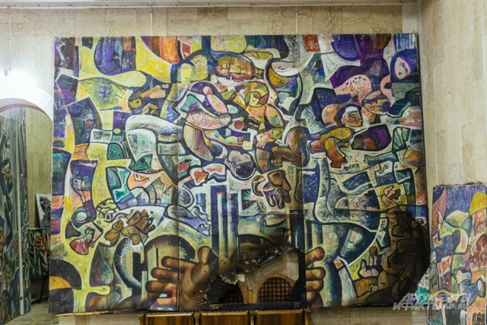 Многие полотна Ильдара Ханова сгорели, часть сильно пострадала. Например, утрачена часть этой работы.