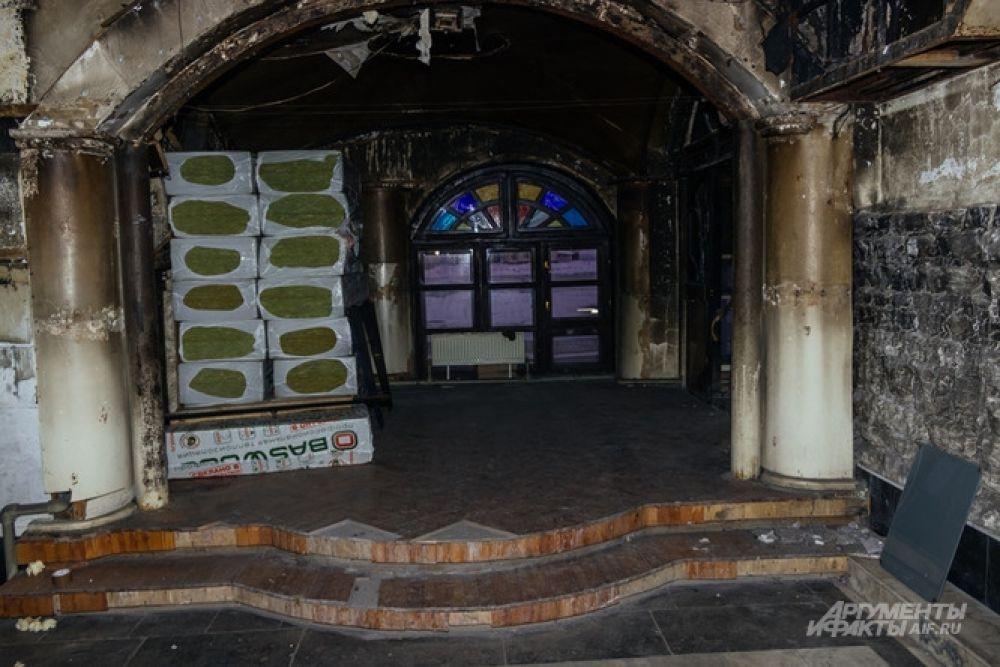 В сгоревшем кукольном театре, что на втором этаже, до пожара успели провести всего несколько спектаклей.