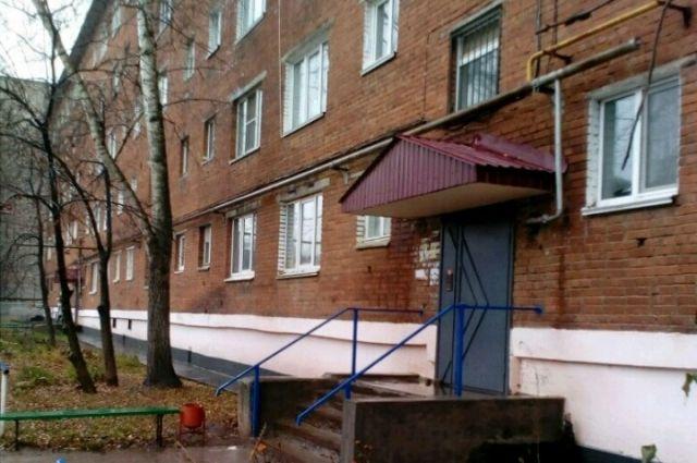 Дом в Сарапуле по адресу ул. Гоголя, 93. Здесь двери одной из квартир простояли заколоченными почти 20 лет.