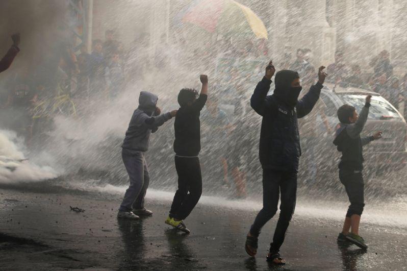 Палестинская молодежь принимает участие в акции протеста против решения президента США Дональда Трампа признать Иерусалим столицей Израиля в городе Газа.