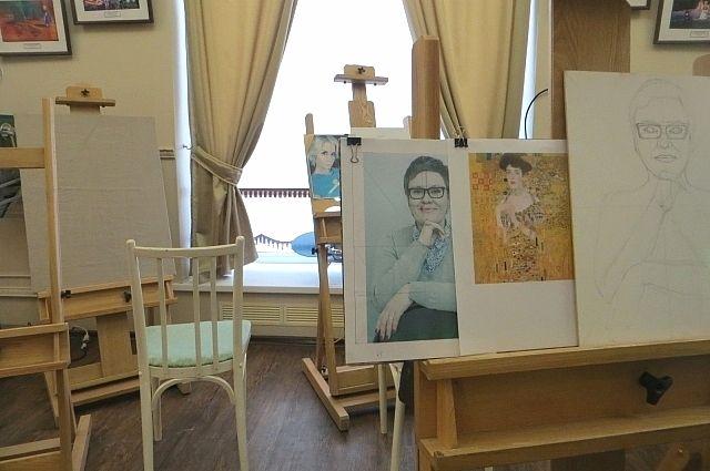 Открытый мастер-класс «Женский портрет» прошел в Кемеровском областном краеведческом музее.