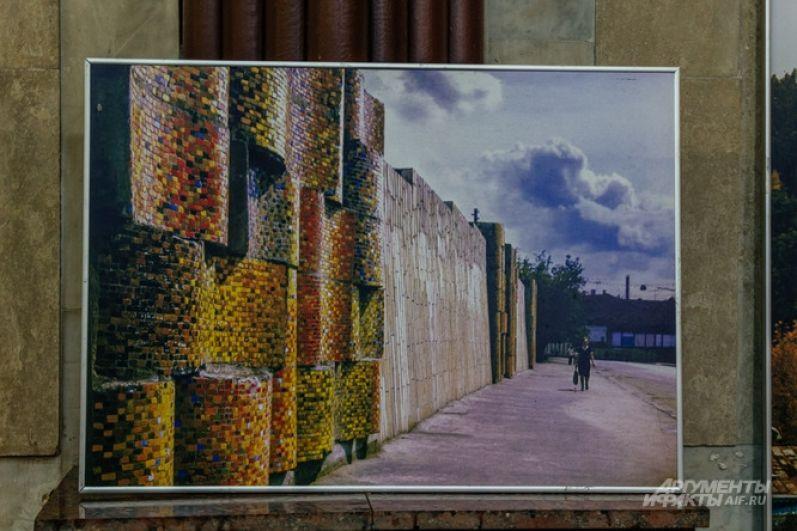 Некоторые скульптуры Ильдара Ханова остались лишь на фотографиях. Например, мозаичные знамёна из смальты были установлены на улице Баумана в Казани.