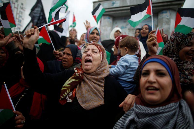 Палестинские женщины во время протеста против намерения США переместить свое посольство в Иерусалим и признать Иерусалим столицей в городе Газа.