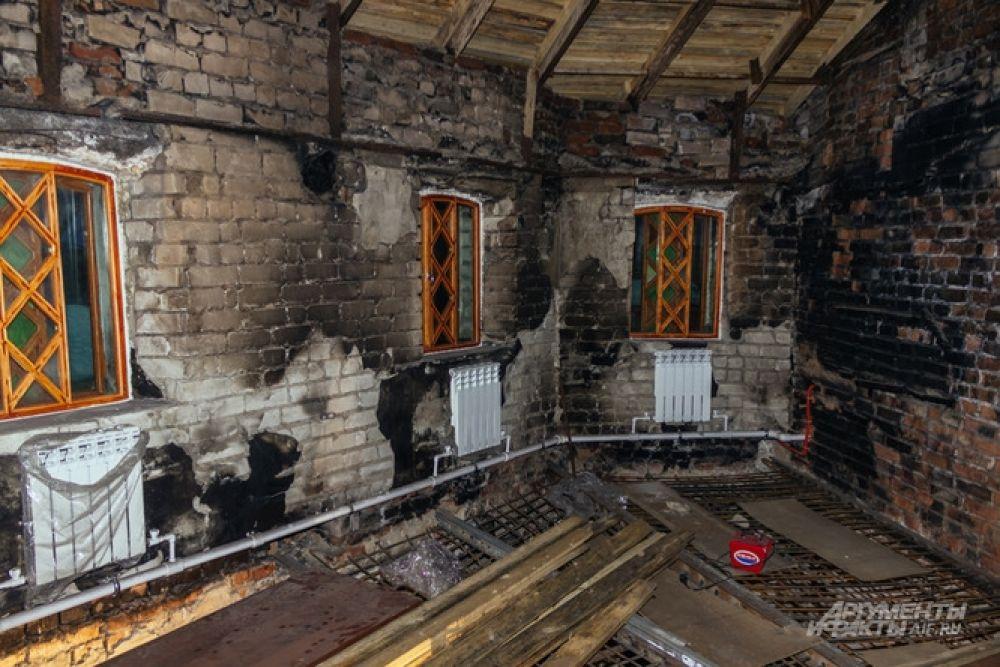Помещение библиотеки, где бушевал огонь, уже начали восстанавливать.